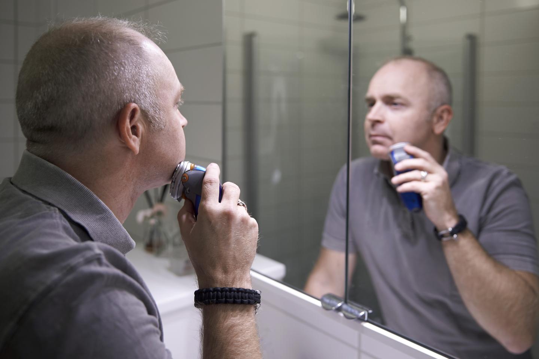 En man som rakar sig
