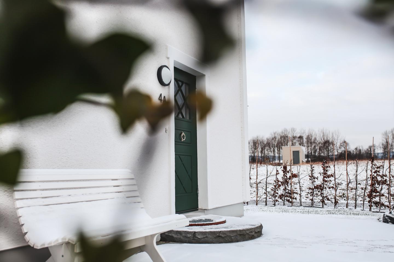 Husfasad med snö på marken